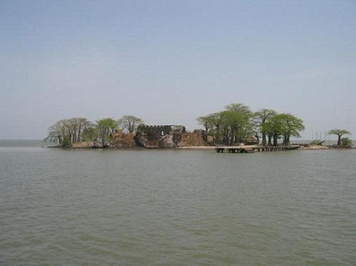 Ruiny zamku kurlandzkiego na rzece Gambia