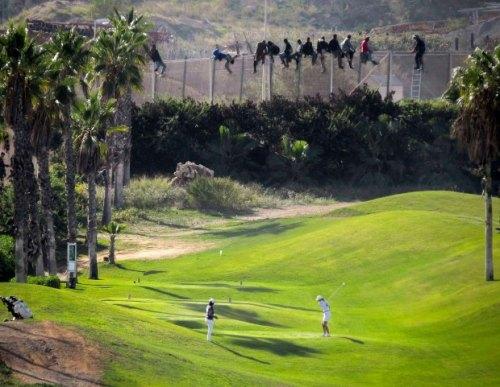 z16863105Q,Slynne-juz-zdjecie---migranci-przechodza-przez-gra