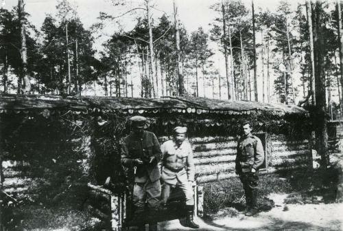 Józef_Piłsudski_wychodzi_z_ziemianki_płk._Berbeckiego._Kostiuchnówka_(1916)