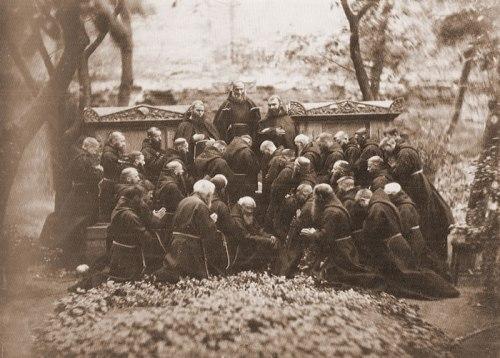 Nieokreœlony fotograf Kapucyni warszawscy na cmentarzyku przy ul. Miodwej przy grobowcu gen. Józefa Rautenstraucha (1773-1842), ok. 1855 r.